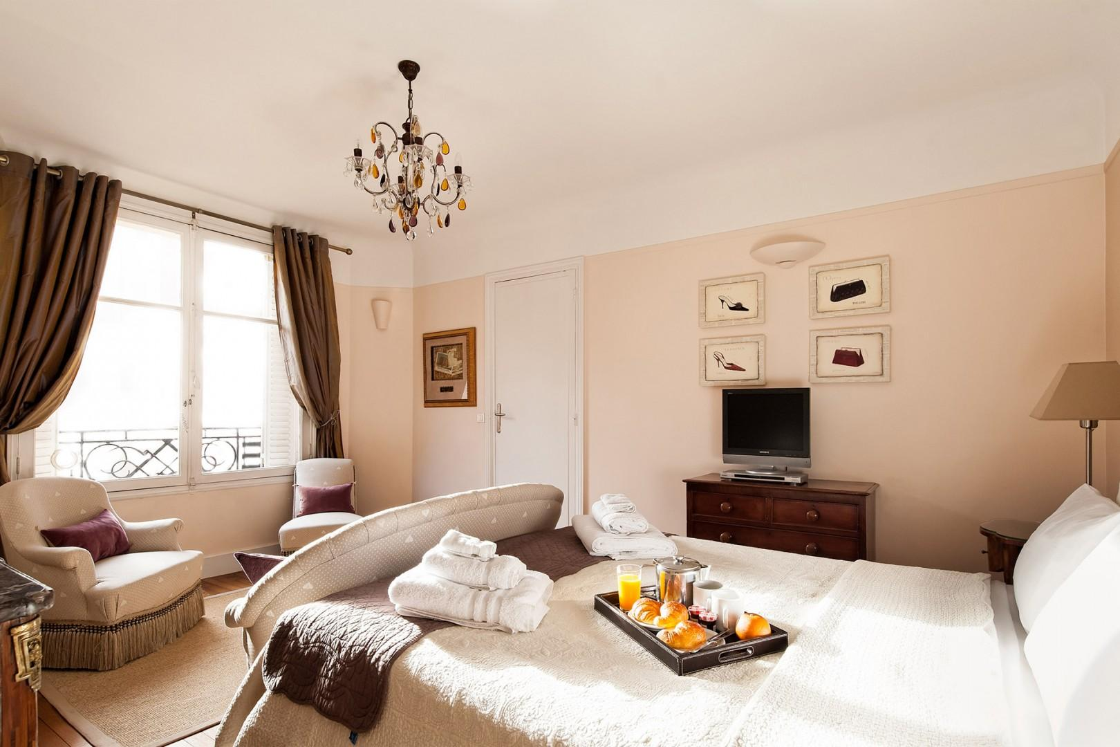 Relax in the spacious bedroom with a comfortable bed and en suite bathroom.
