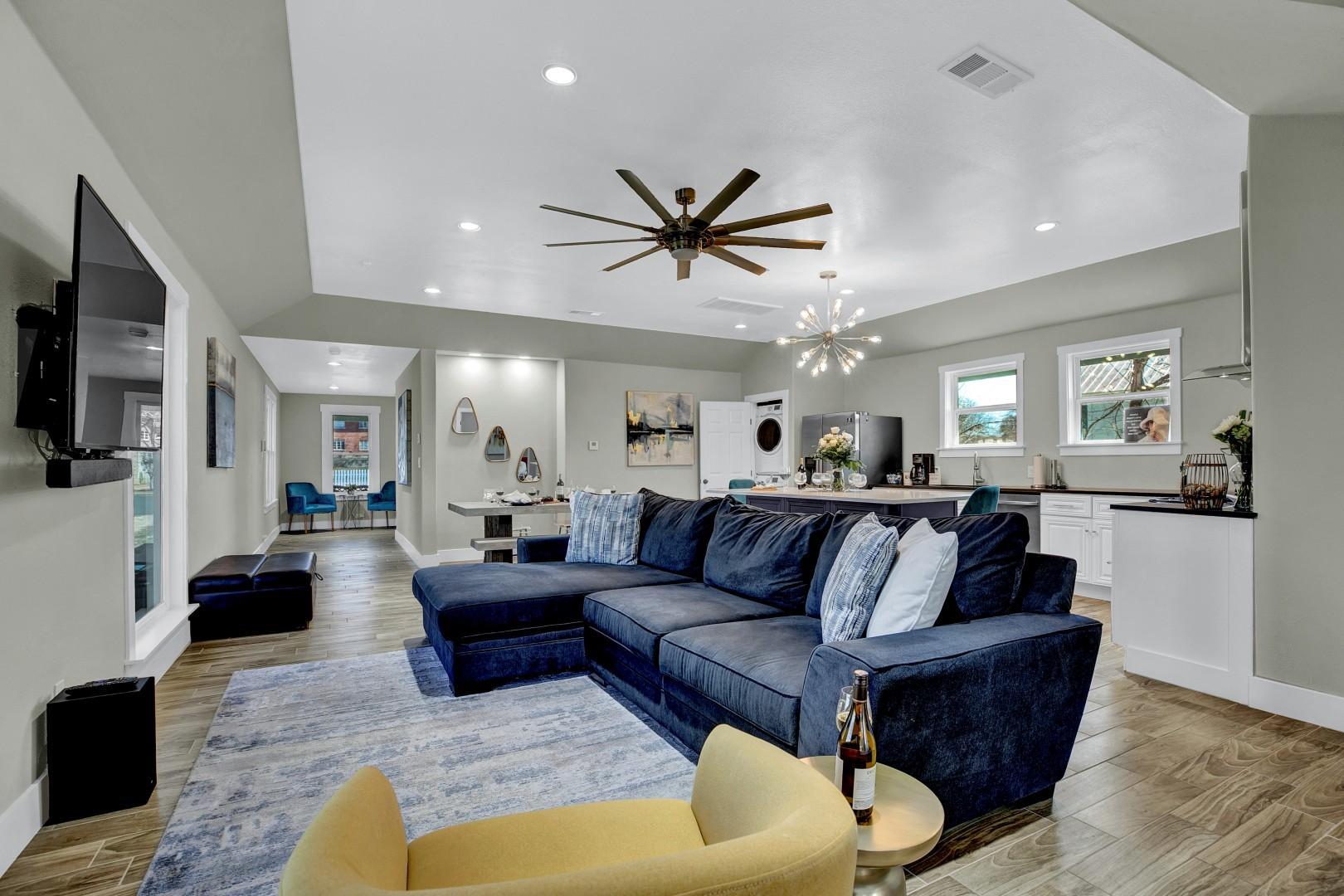Luxury Home 1 Block To Main W/Hot-Tub