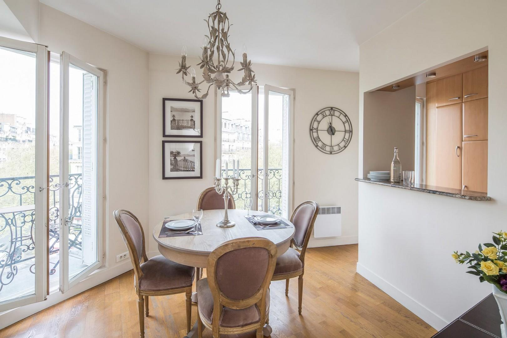 The dining area has the ideal romantic atmosphere for enjoying French cuisine at home.