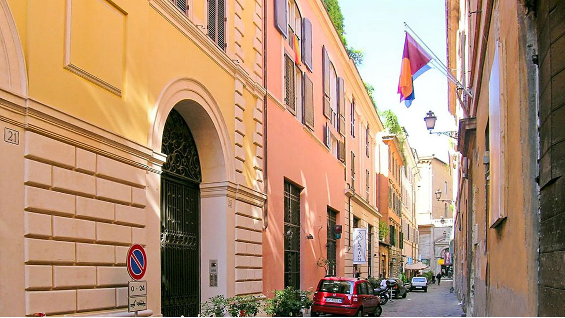 Via di San Giacomo carries only local traffic. Even residents must have a permit to travel here.