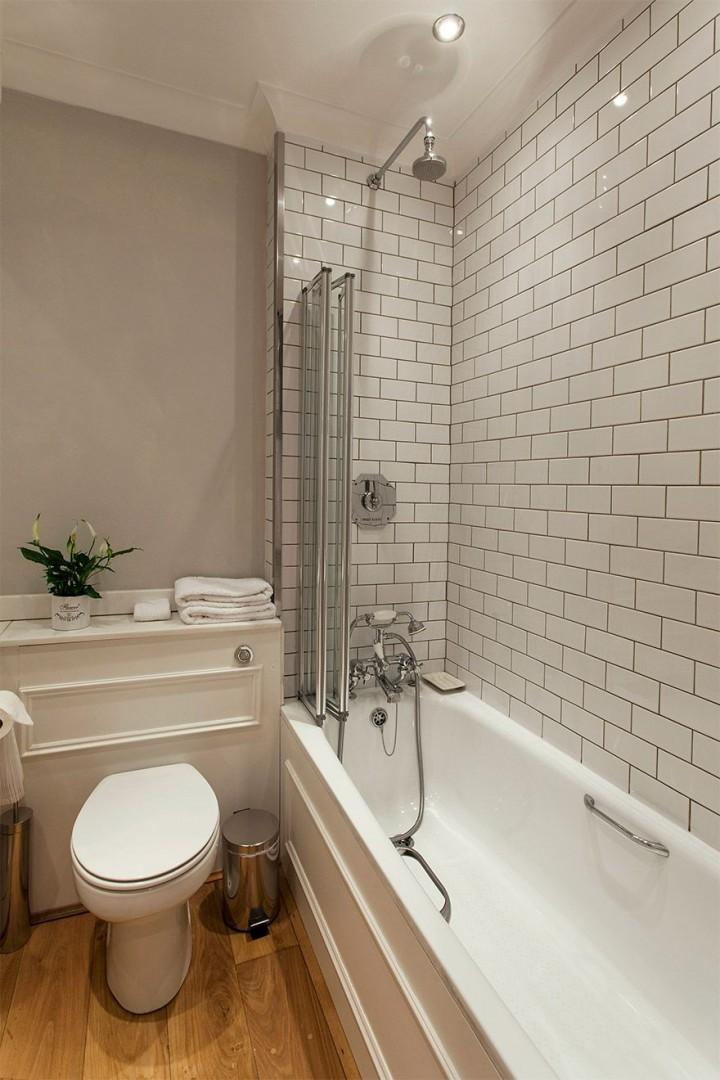 Soaking tub with fixed and flexible shower heads
