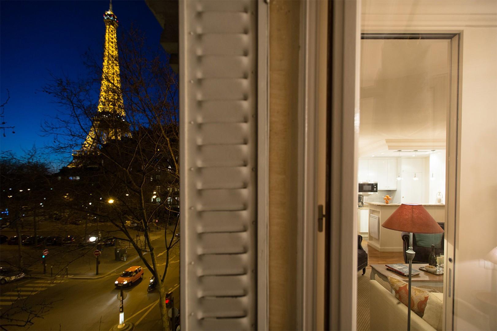 Enjoy the Eiffel Tower light show at night!