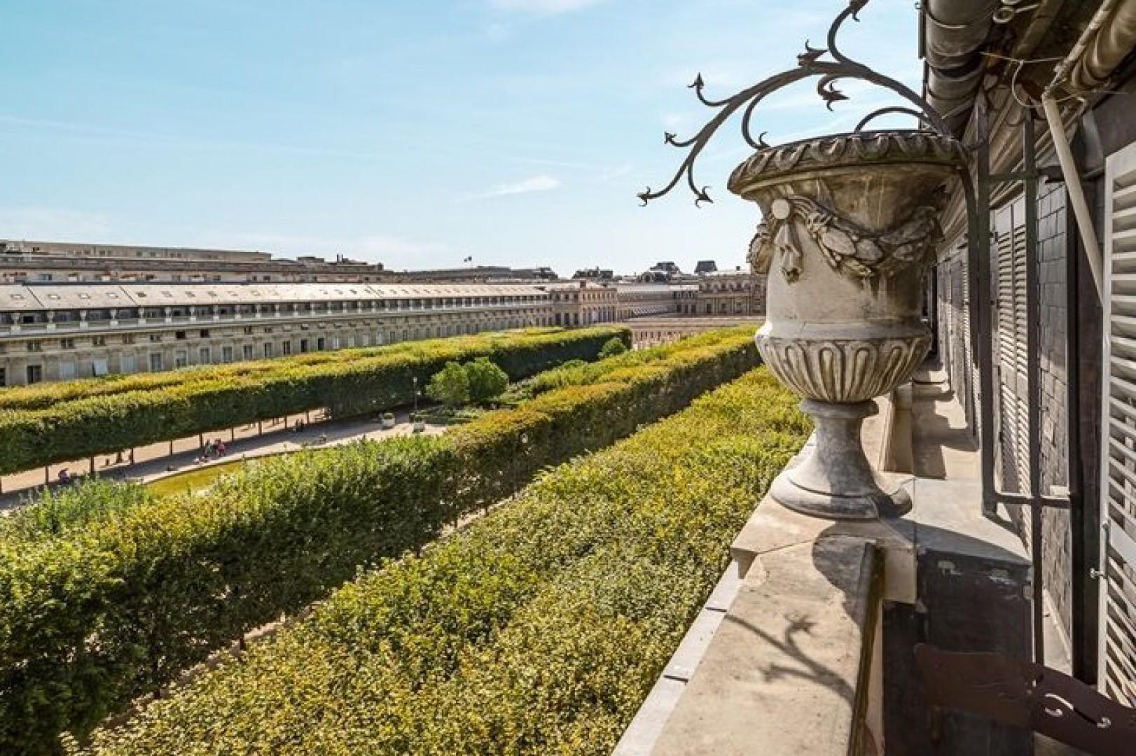 Don't miss a rare opportunity to live in a true Parisian monument!