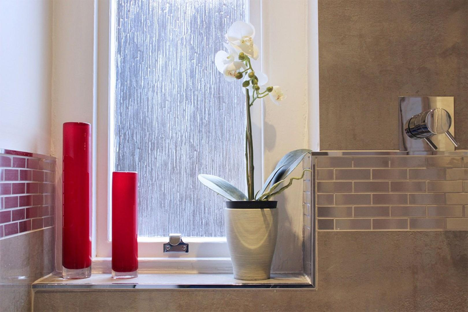 Window and decorative touches in the bathroom