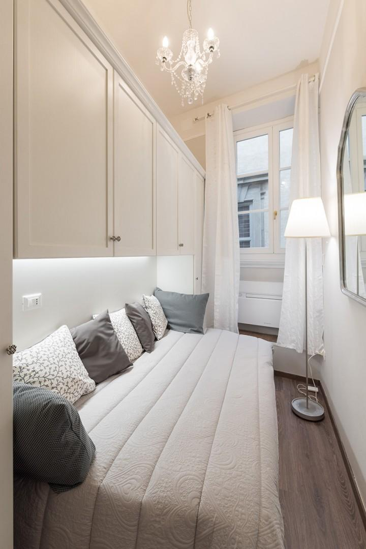 Bedroom 2 has a comfortable bed and overlooks Via del Parione.
