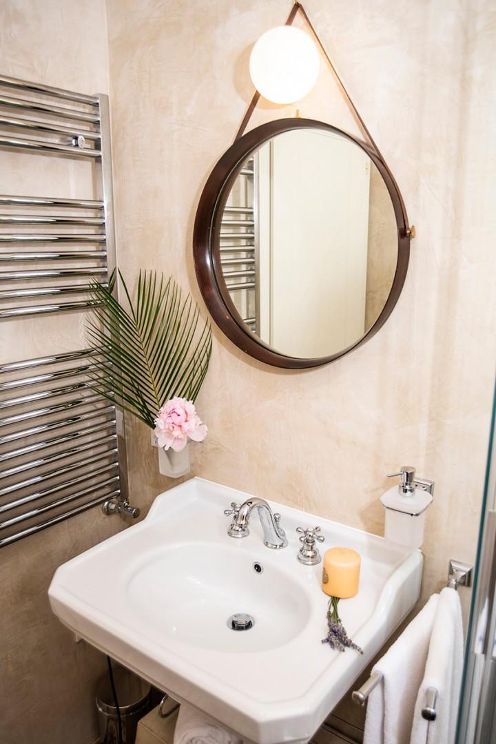 Bathroom 2 en suite to bedroom 2.