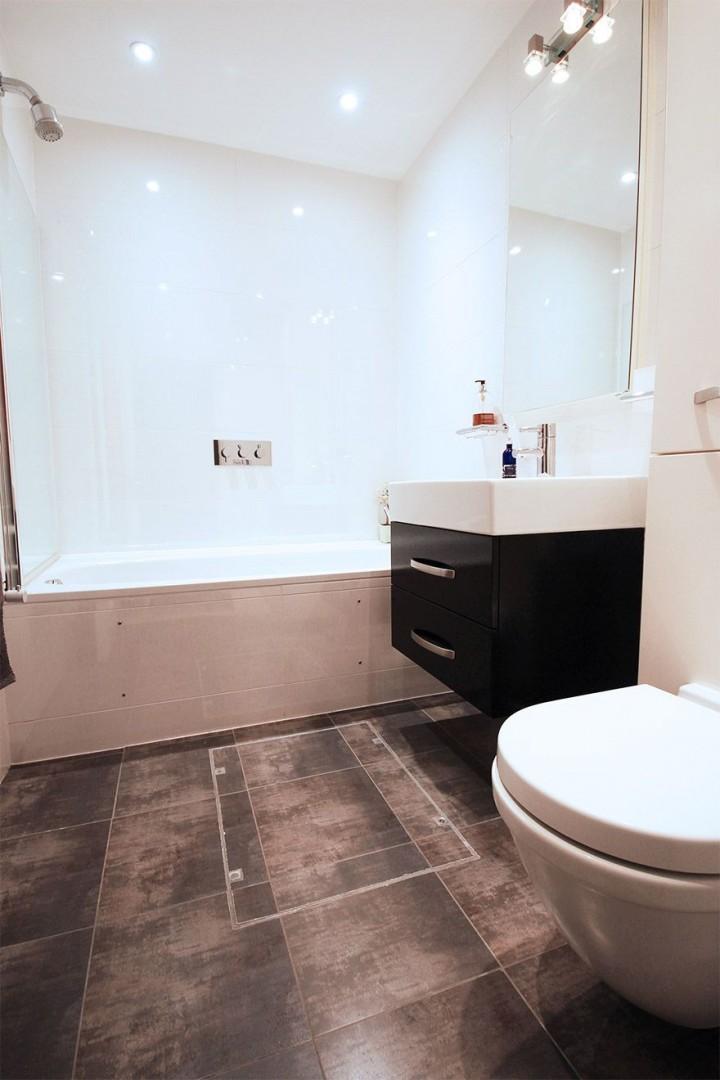 Full bathroom located on lower ground level