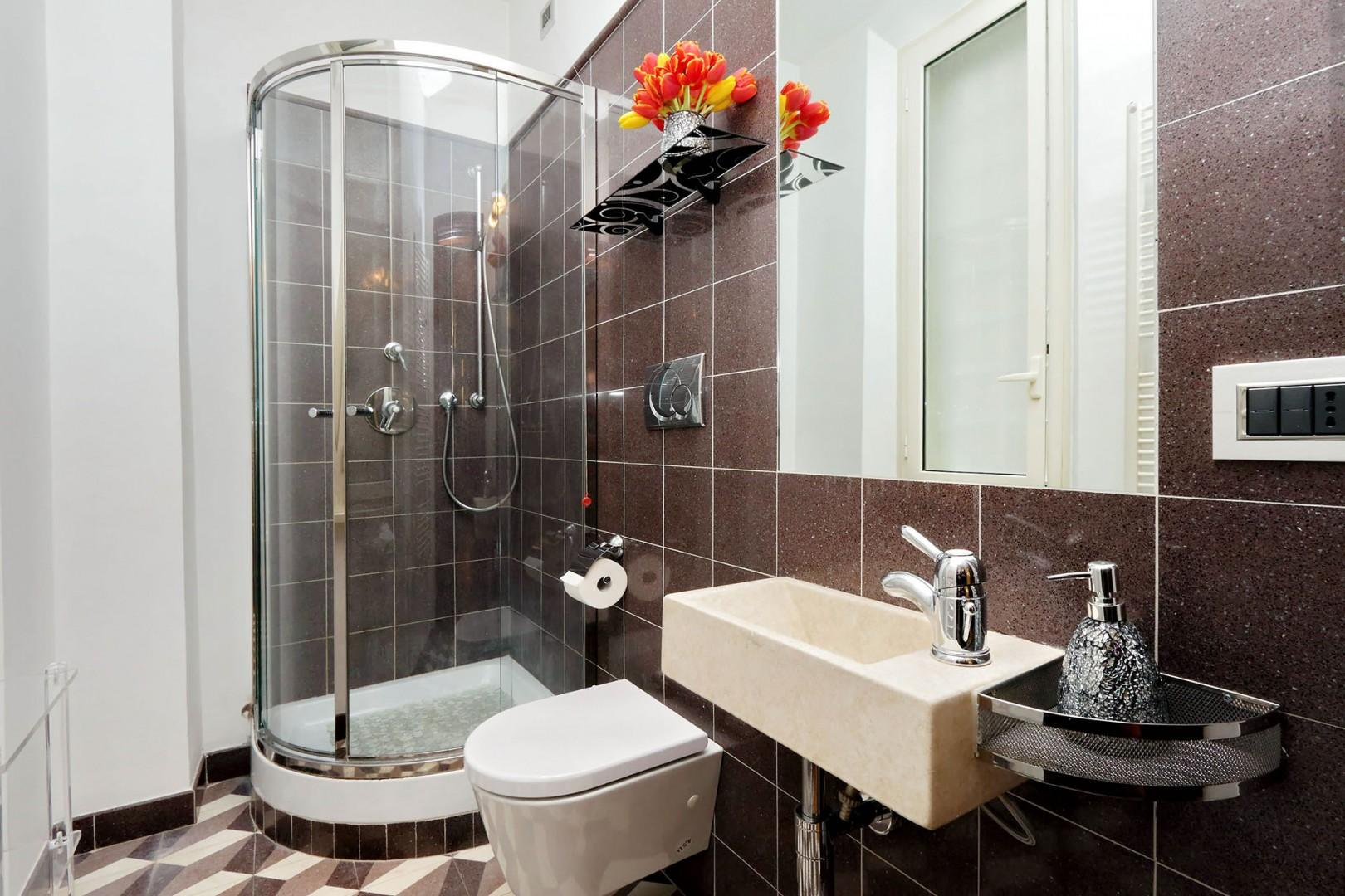 Modern bathroom 3, is located in the hallway right next to bedroom 4.