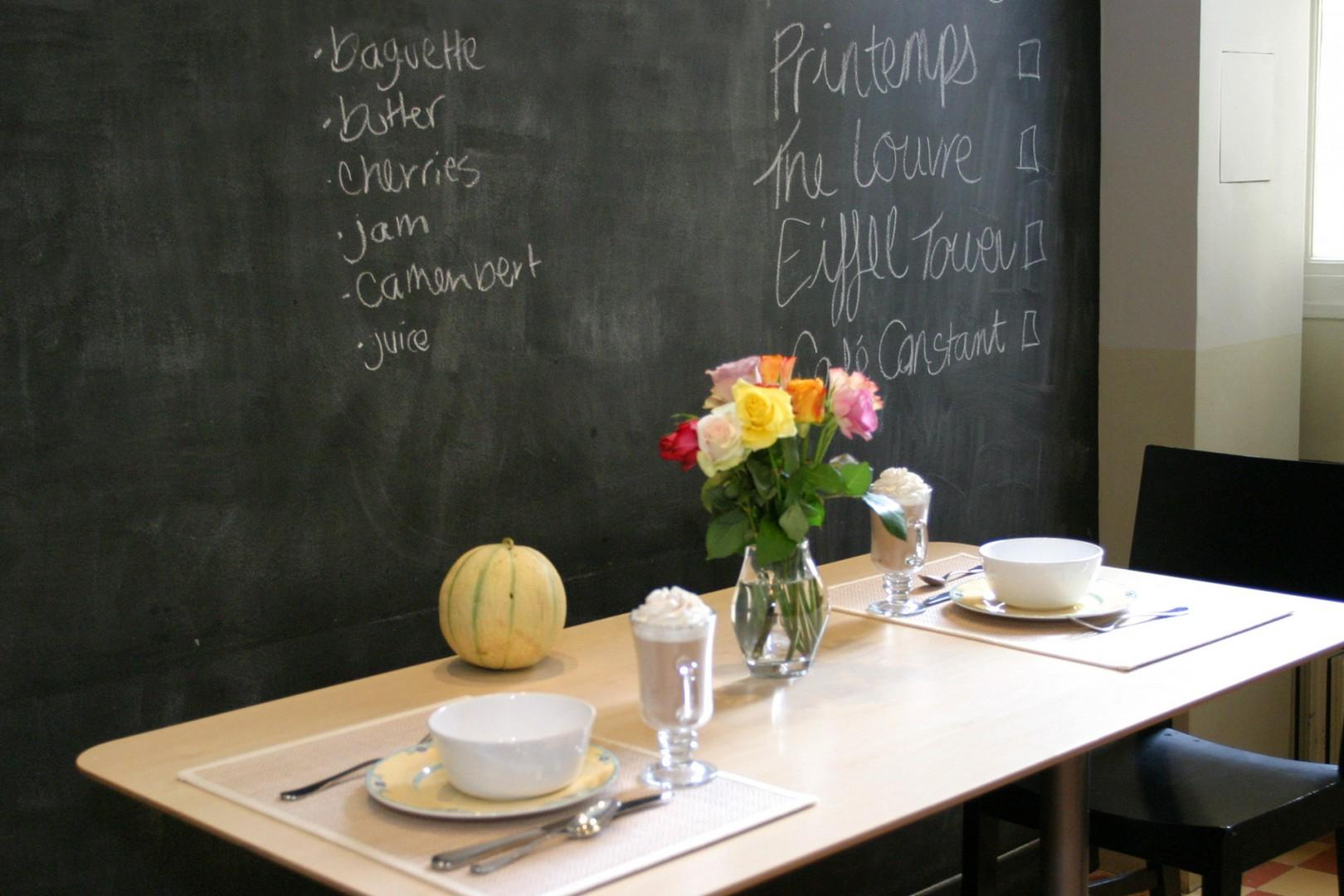 Plan your days on the kitchen blackboard behind the table.
