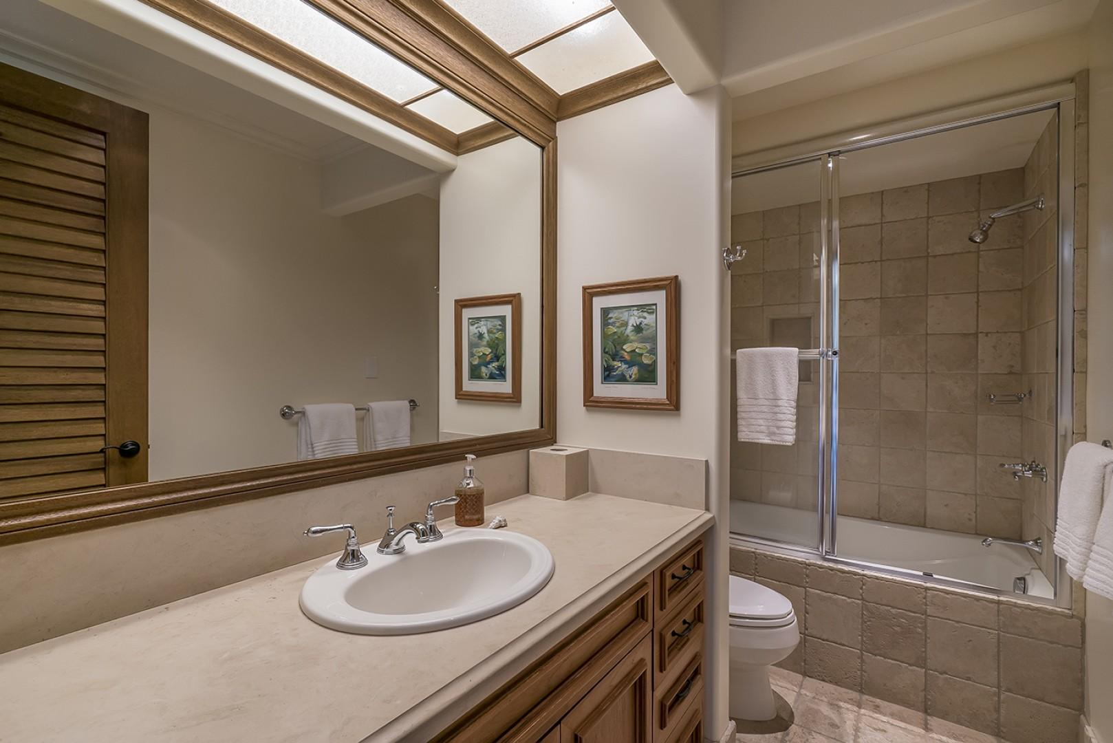 Guest house: Shared Bathroom for conjoined bedrooms, located just outside guest bedroom 2.