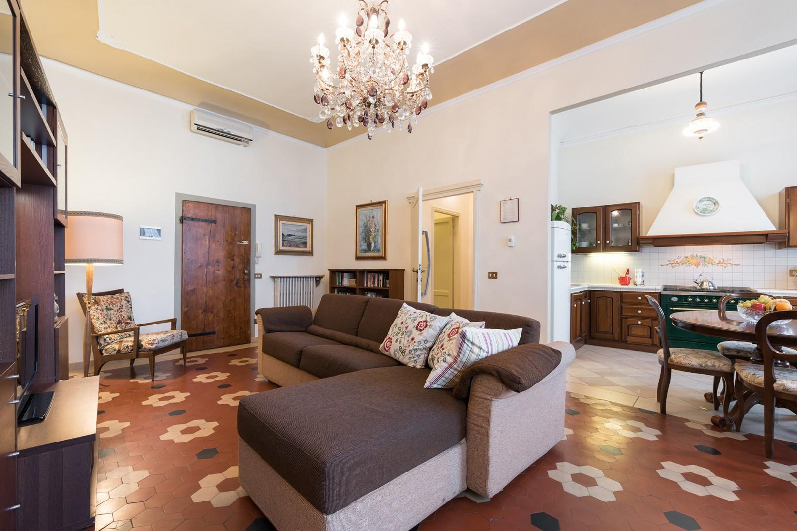 This large Florence vacation apartment has dramatic, high ceilings and beautiful arched windows.