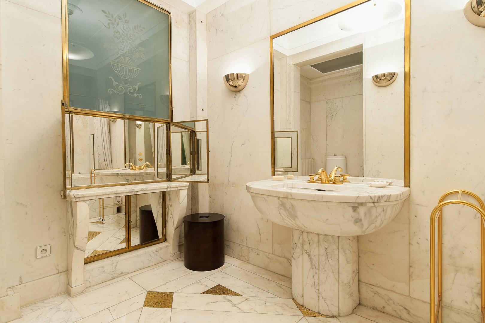 You will love luxury finishings in the en suite bathroom.
