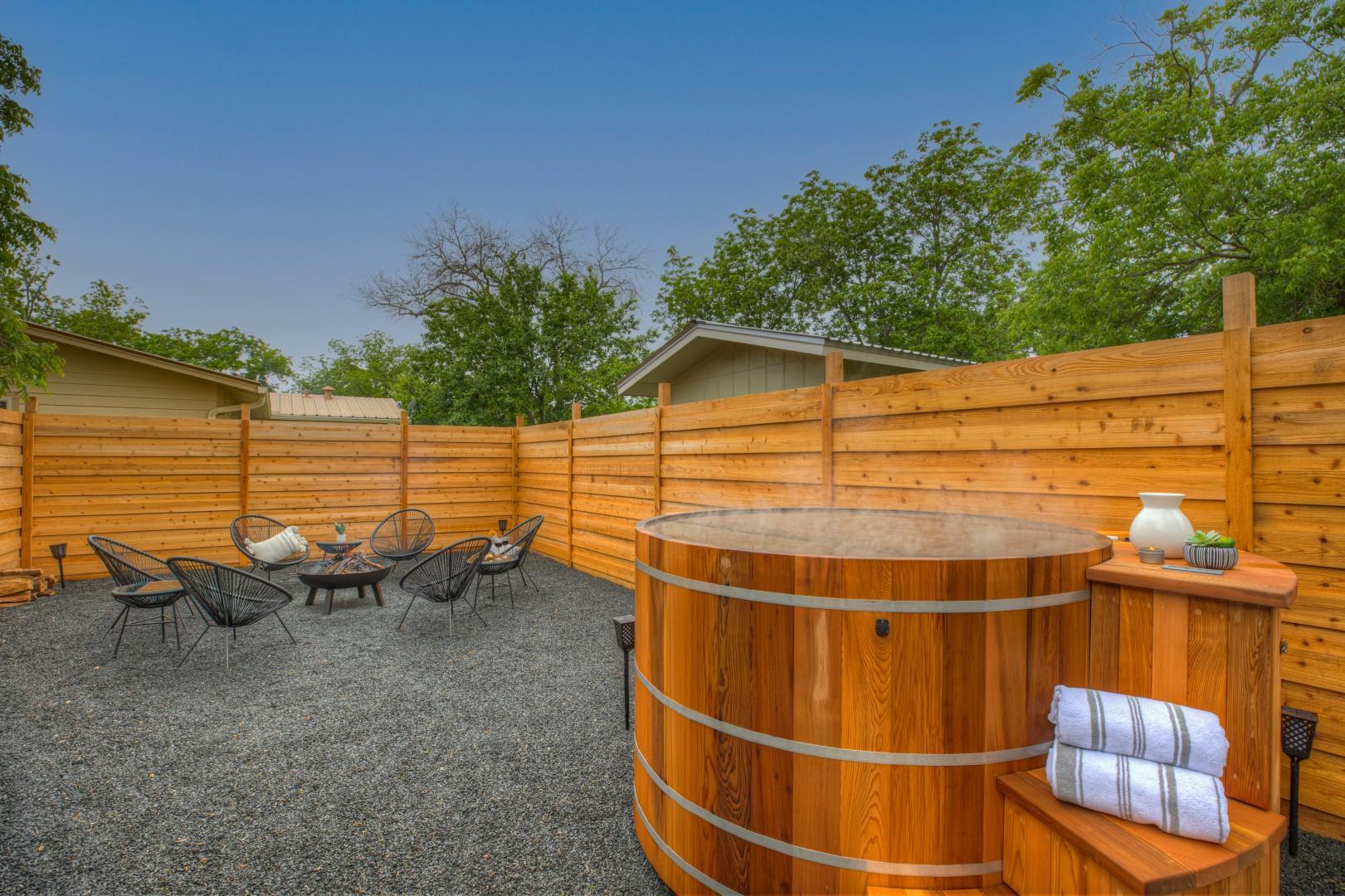 Gorgeous Modern Home w/ Cedar Barrel Hot Tub & Fire Pit