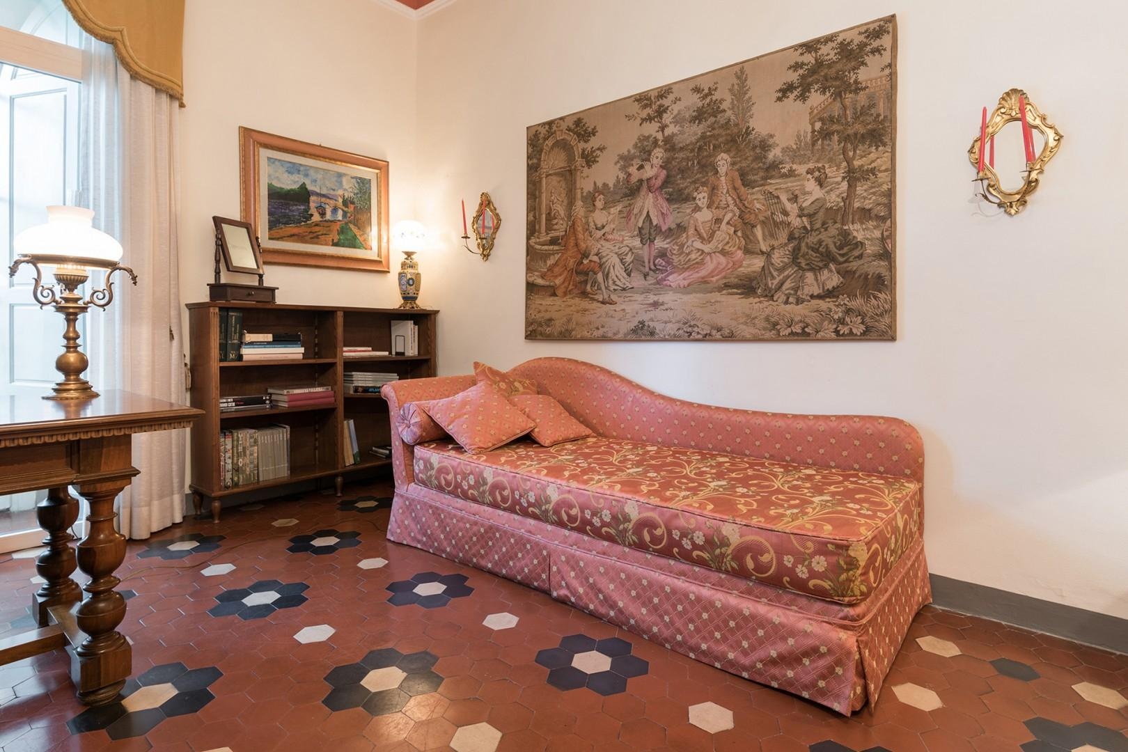 In the bedroom there is also a chaise lounge-style bed for one.