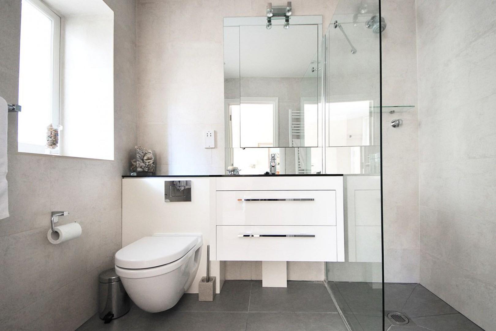 Full en suite bathroom located in bedroom 2