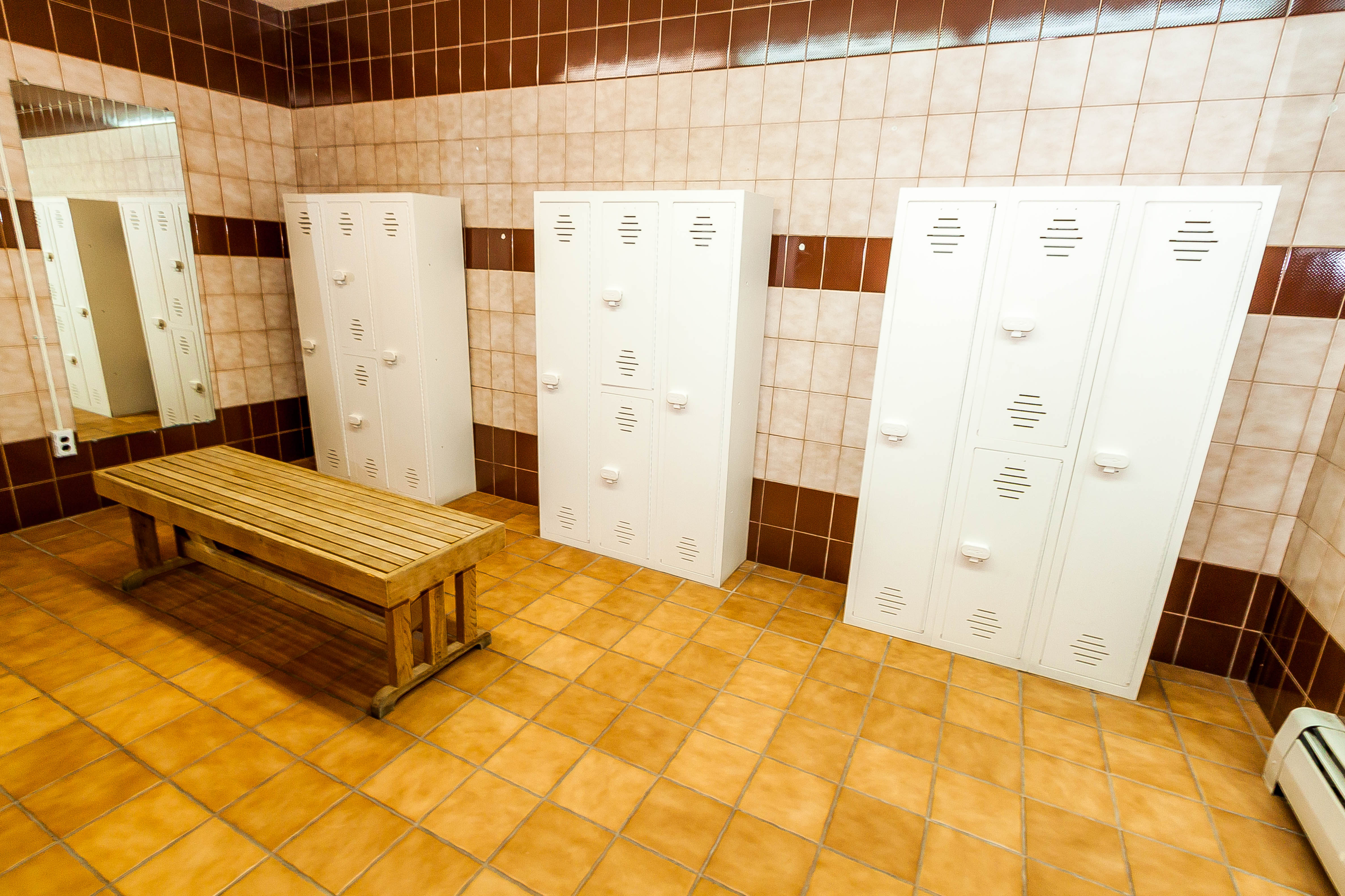 There are restrooms, changing rooms and showers in the clubhouse.