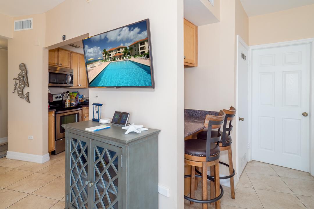 Georgetown Villas 218 Living Area & Kitchen Bar