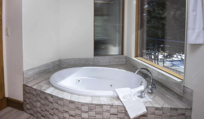 Jet tub for massaging soak action