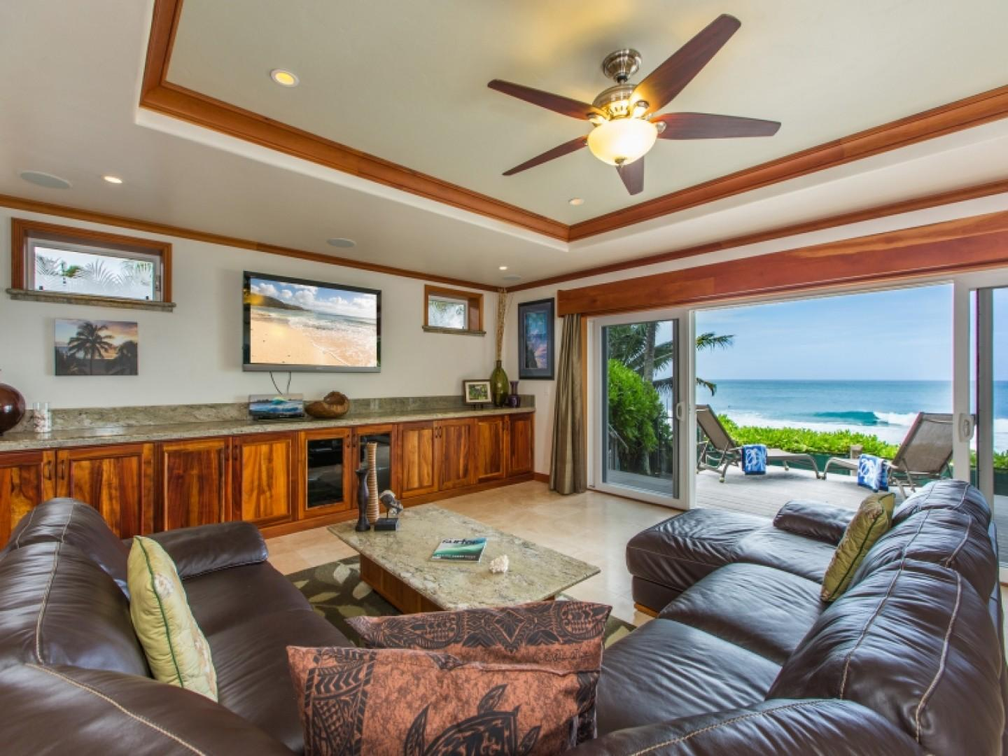 Living area with ocean views of Banzai Pipeline.