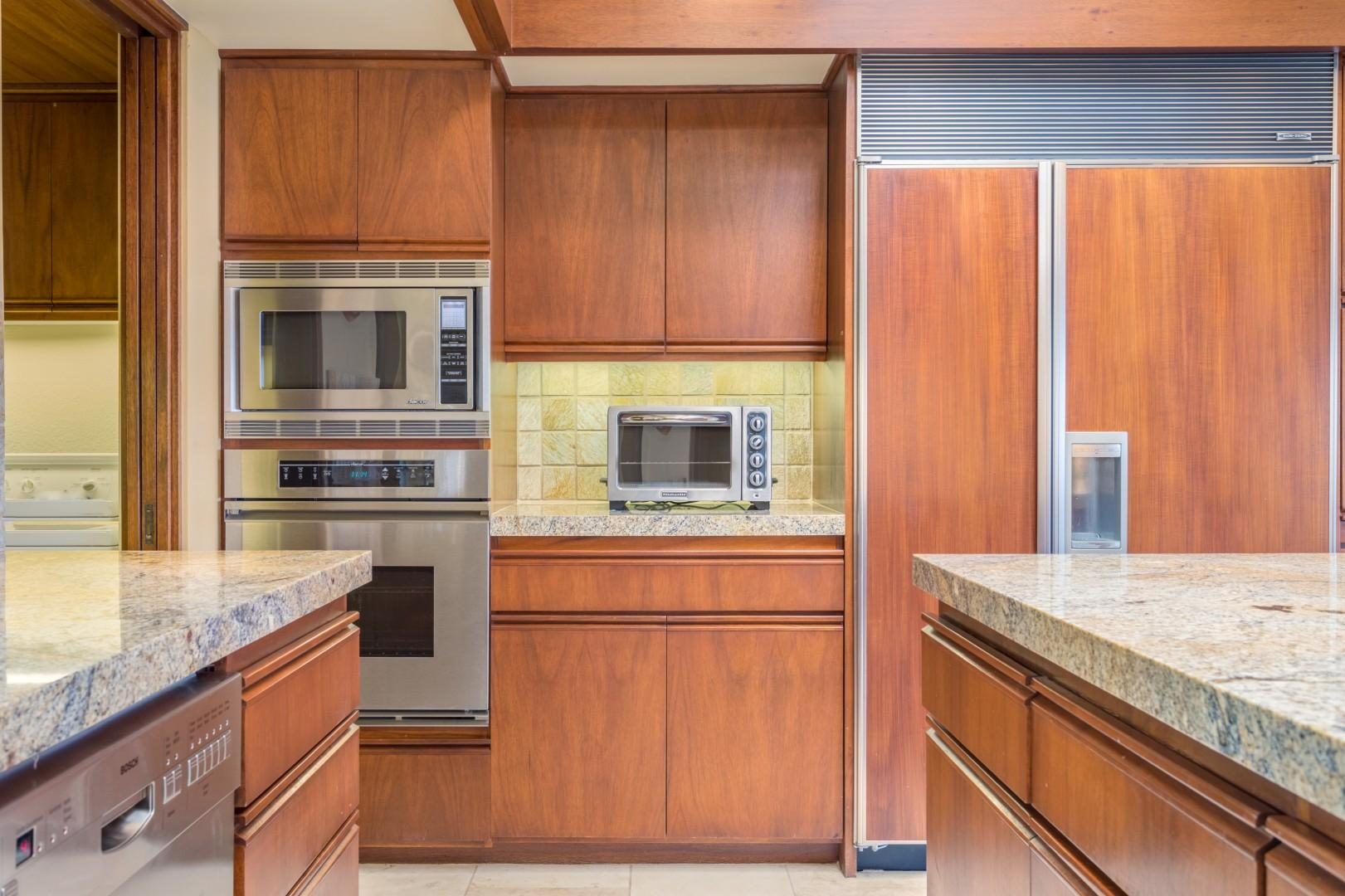 Gleaming & Matching Built-In Appliances Sure to Please the Chef!