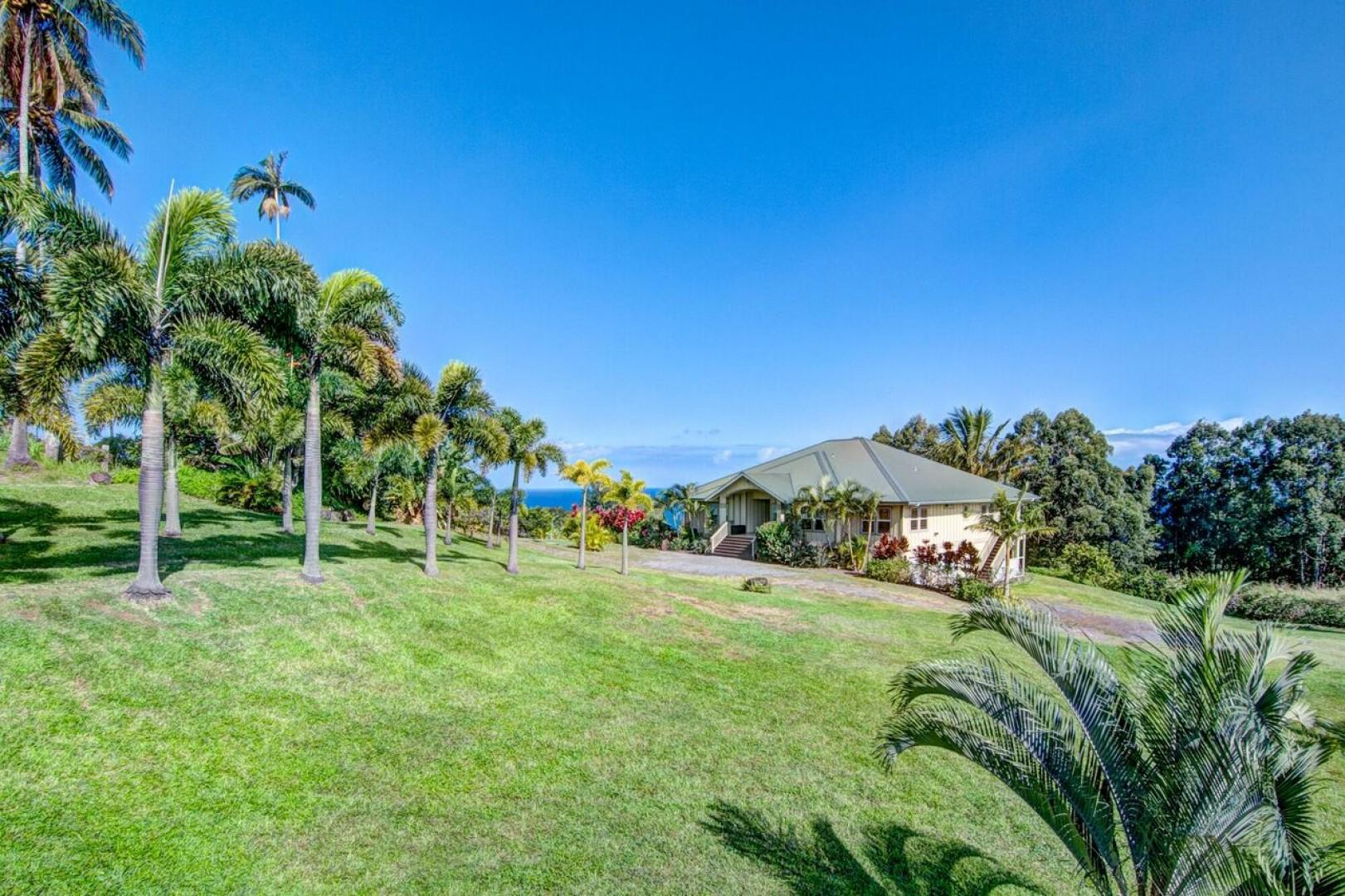 The grand lawn of Hale Luana, a sumptuous estate!