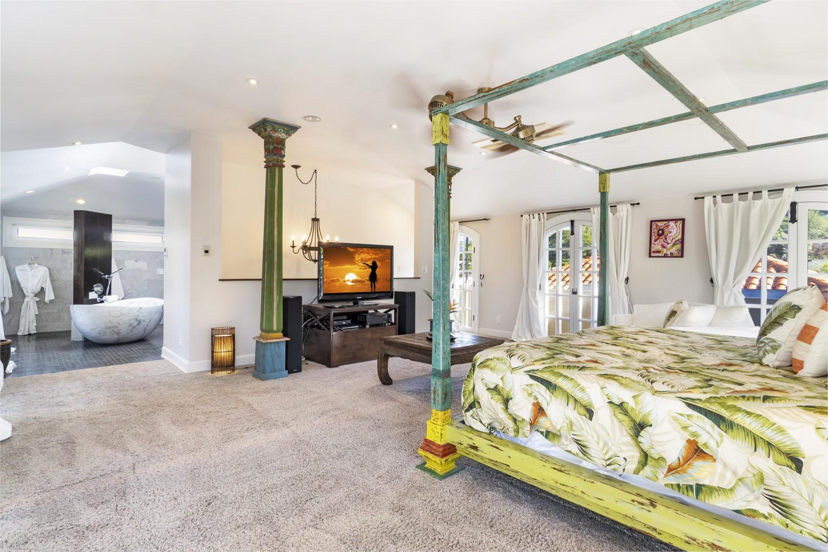 Large Master suite on top level with en-suite and walk in closet