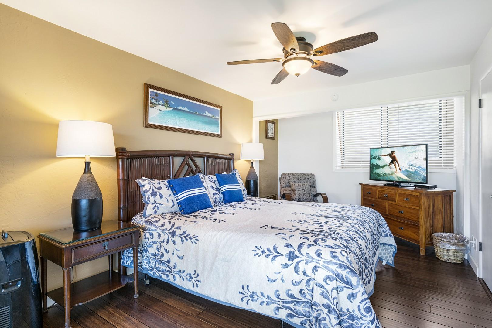 Spacious downstairs bedroom with sitting area and Cable TV!