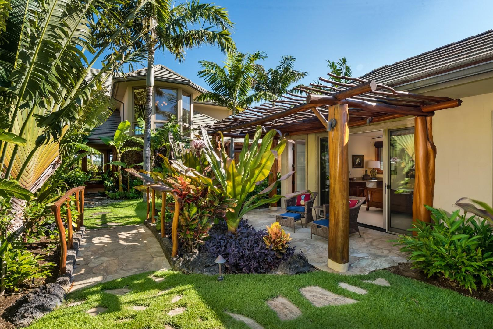 """Private Enclosed Courtyard w/ """"Ohana"""" Guest Cottage & Charming Bridge"""