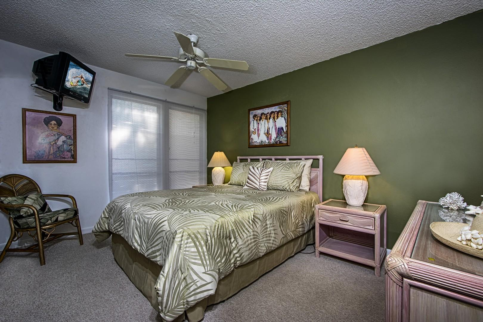 Master bedroom, equipped with a Queen bed and TV
