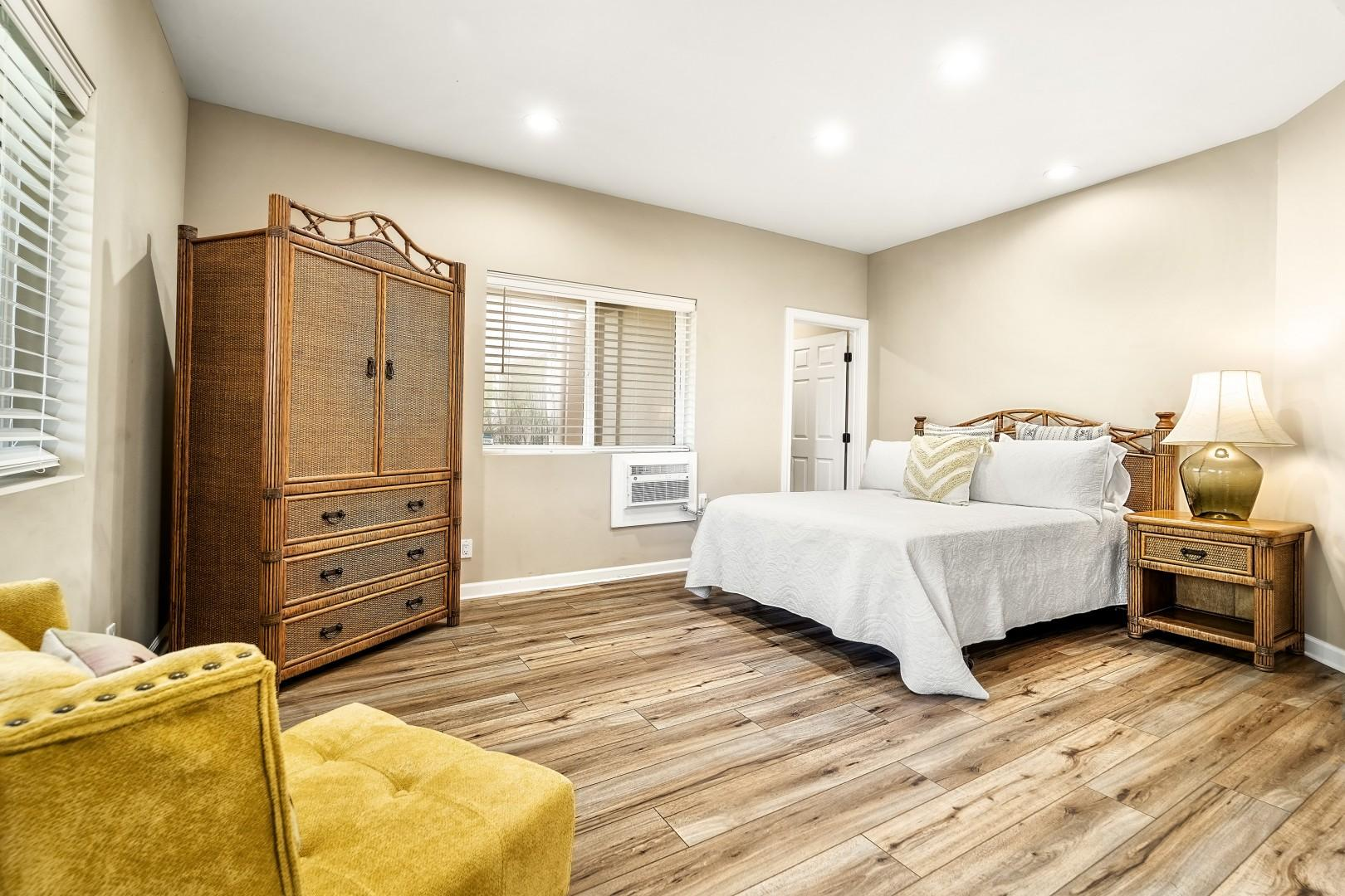 Guest bedroom Equipped with Queen bed, A/C, walk in closet, and Lanai access
