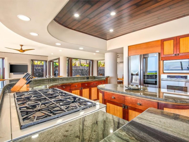 Gourmet kitchen with 6 burner range!
