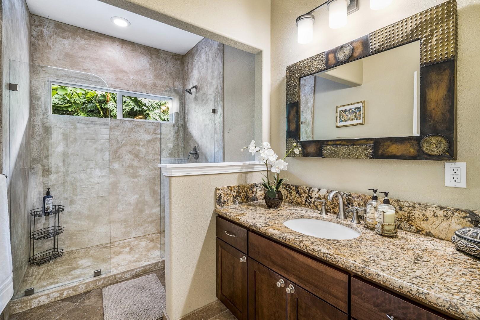 Guest bathroom between the two guest bedrooms