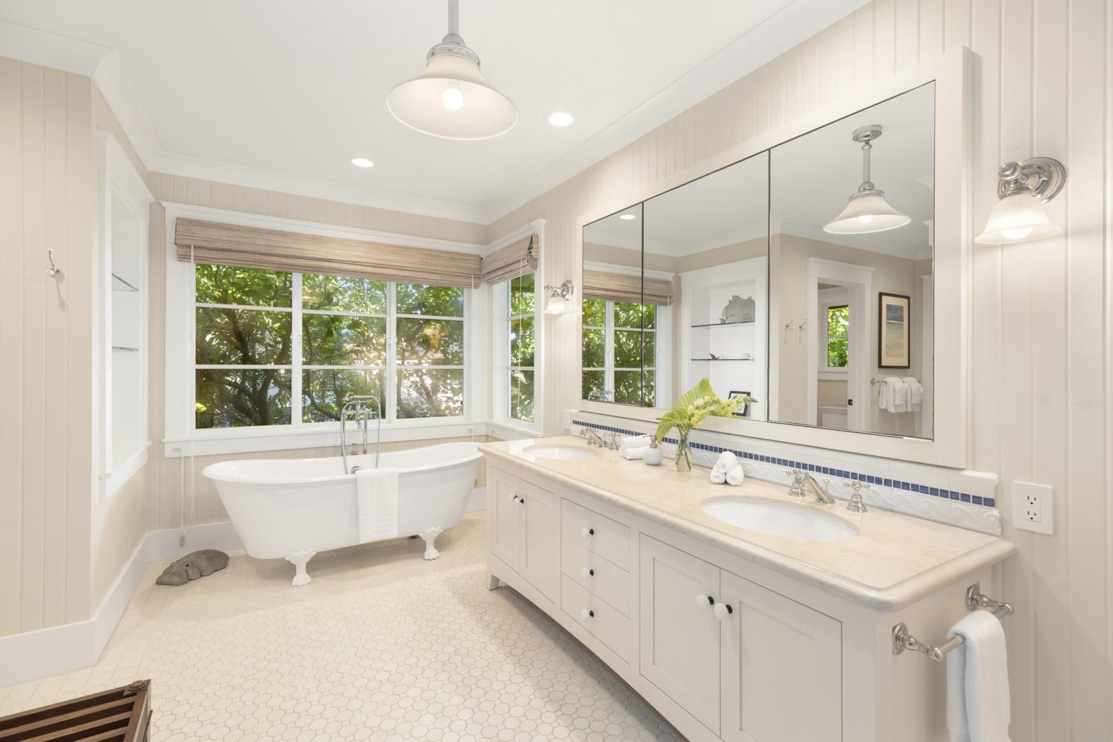 Kapa Suite en suite bathroom with claw-foot tub