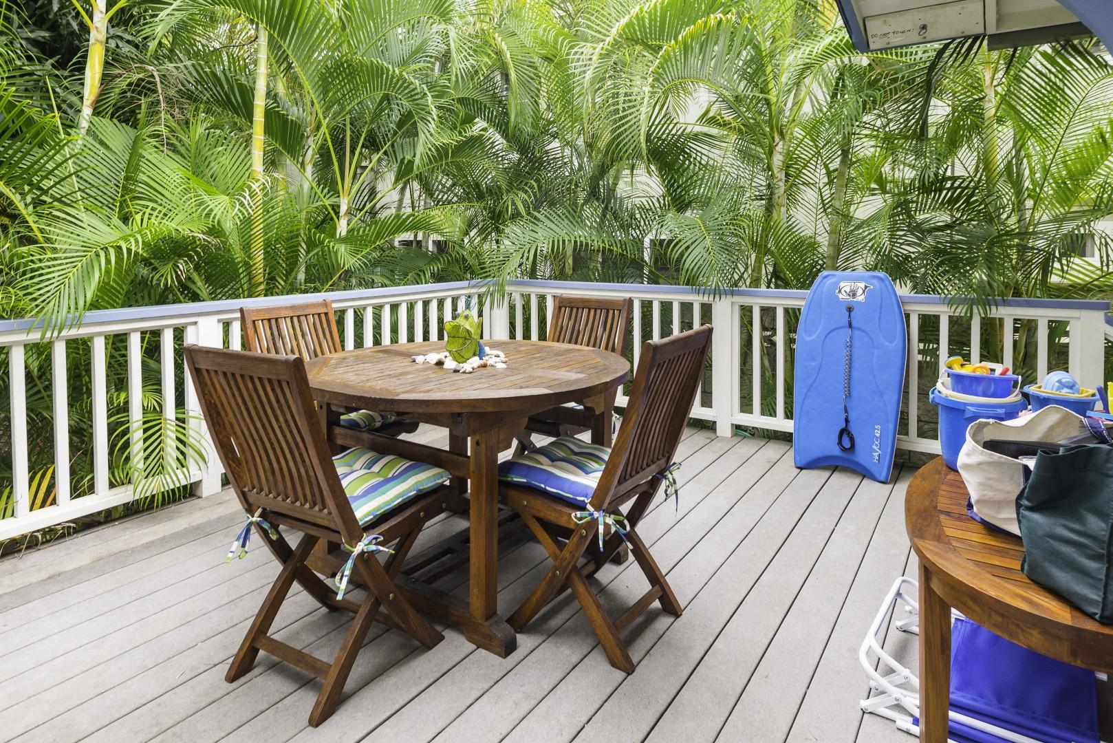 Linger over an open-air meal on the lanai.