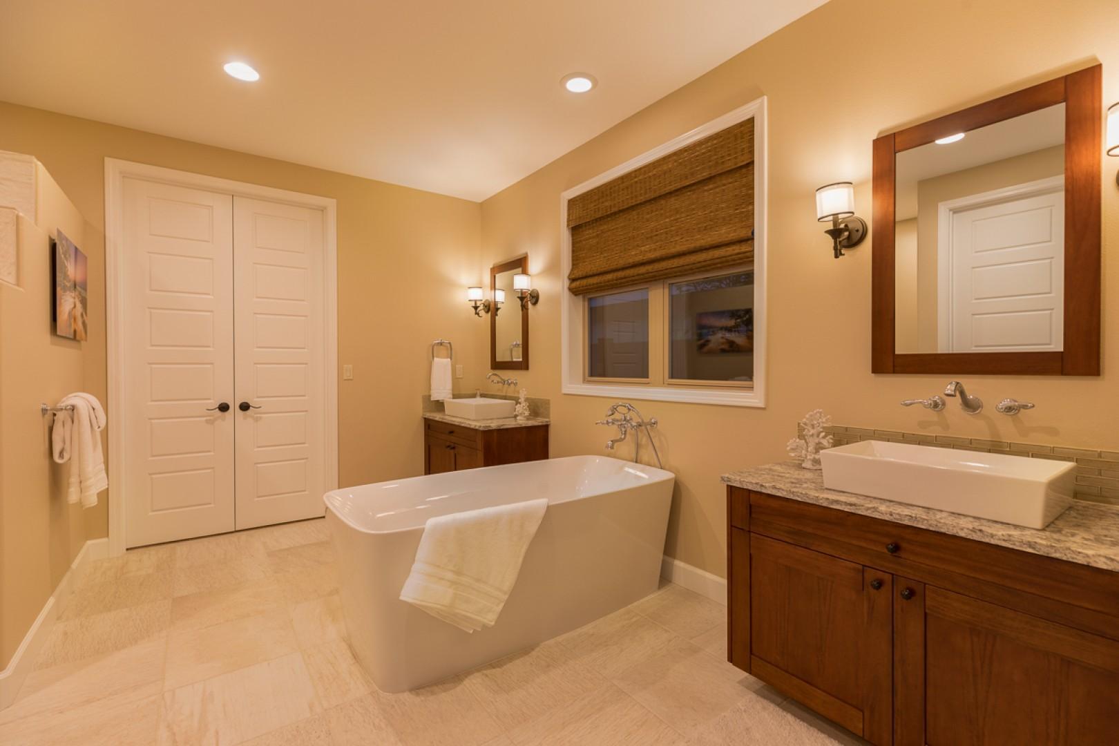 En suite master bath with soaking tub