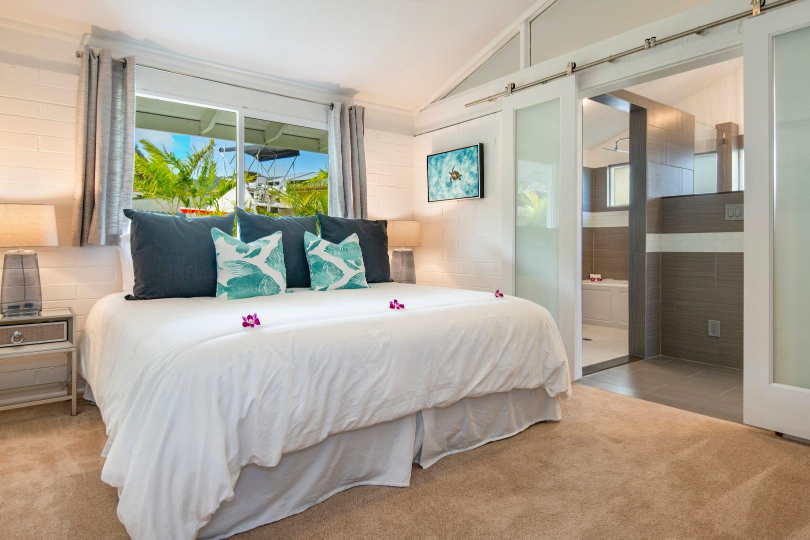 Master bedroom, king bed, split ac, and en-suite bathroom that leads out to the lanai and marina.