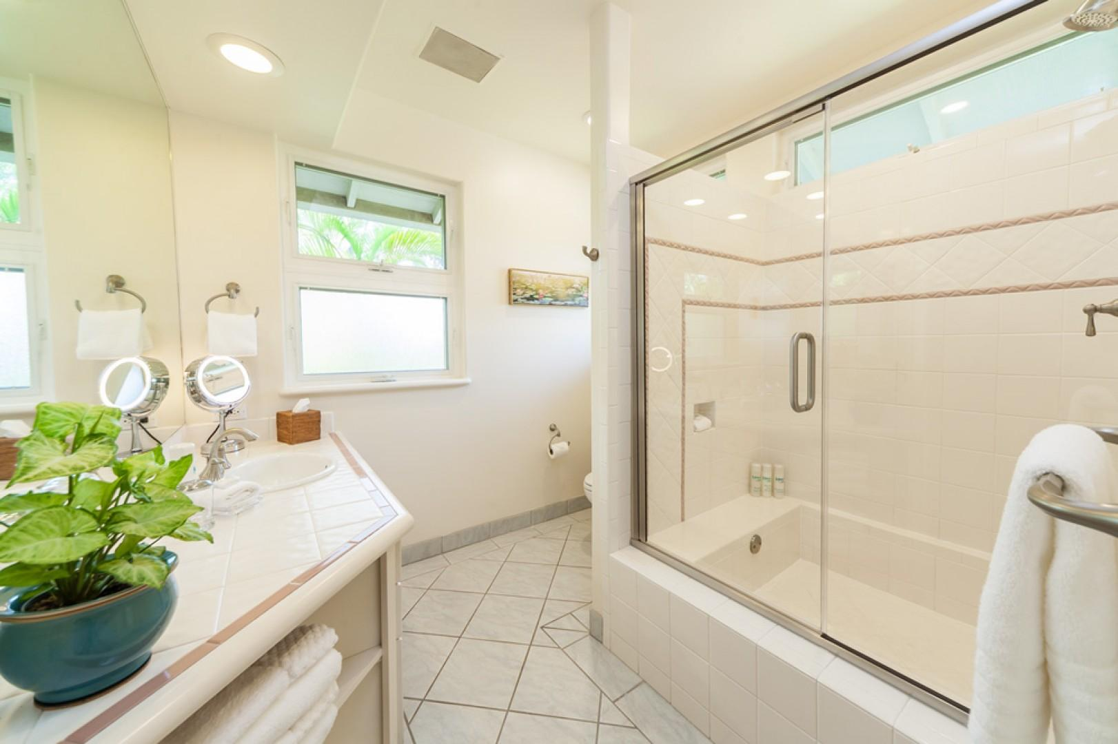 Mango Surf - Shared Full Bathroom for Bedrooms 2 and 3