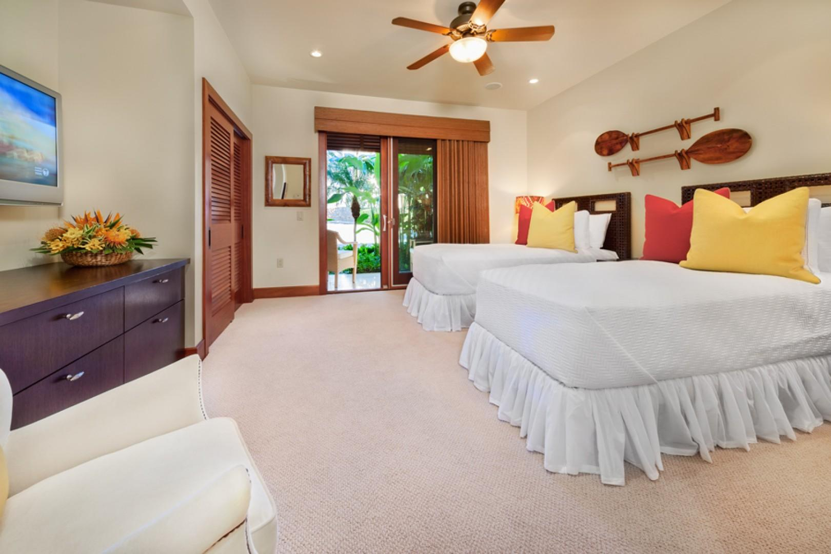 oco Palms Pool Villa D101 - Third Bedroom with 2 Twin Beds or 1 King Bed and En-suite Bath