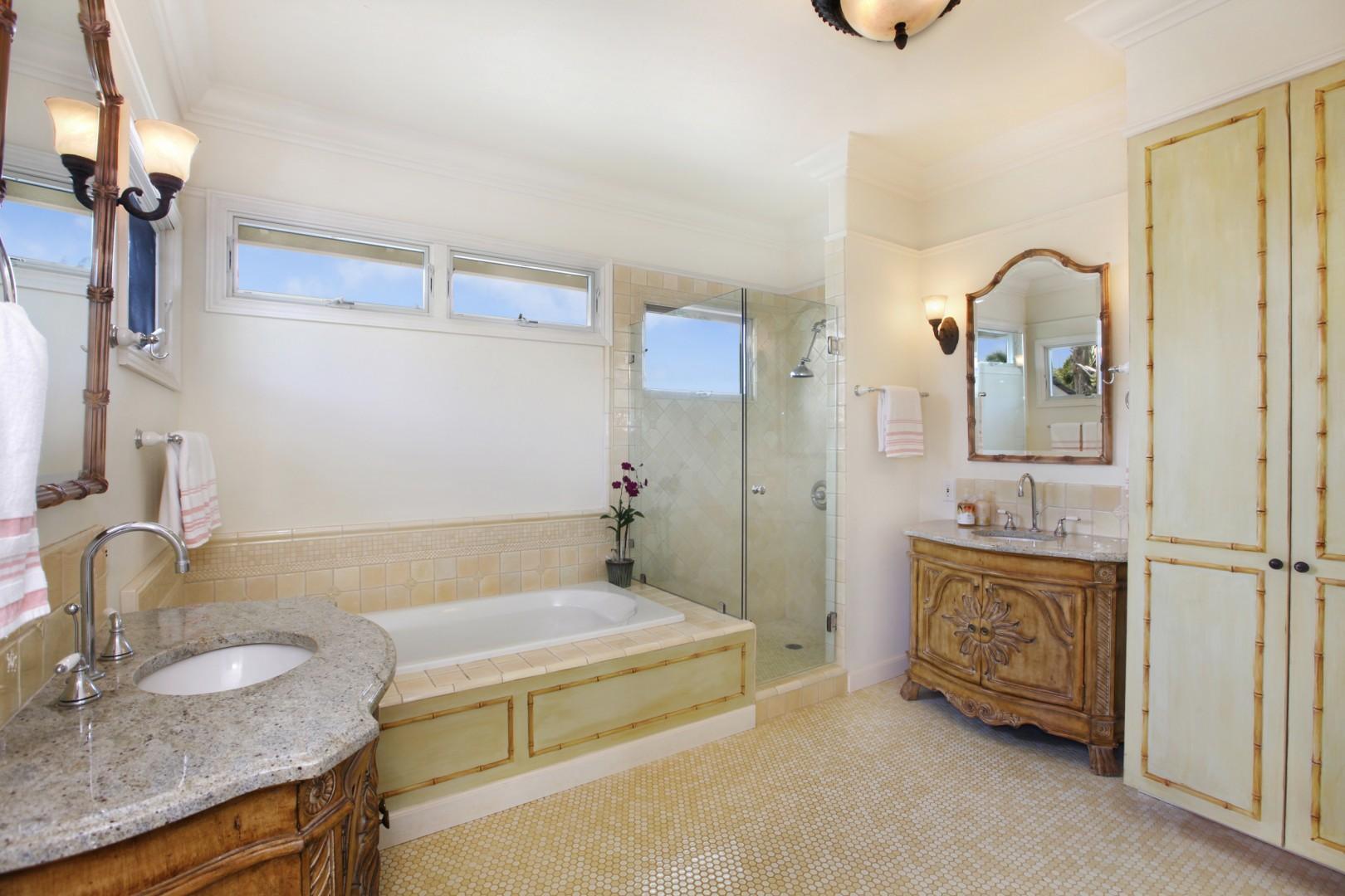 Upstairs ensuite bathroom 2