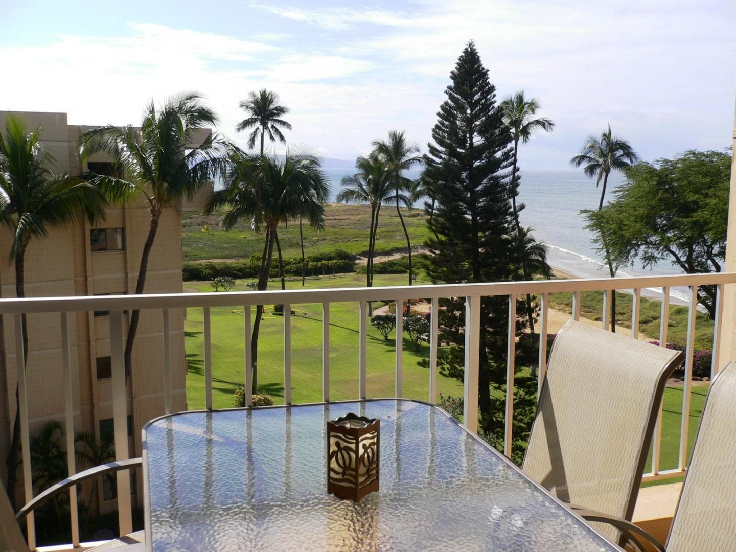 Outdoor dining on the private lanai.