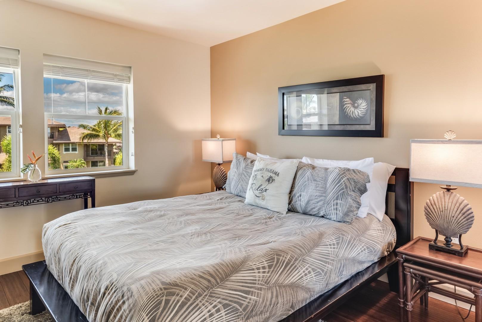 Upstairs guest bedroom 2 w/ queen size bed