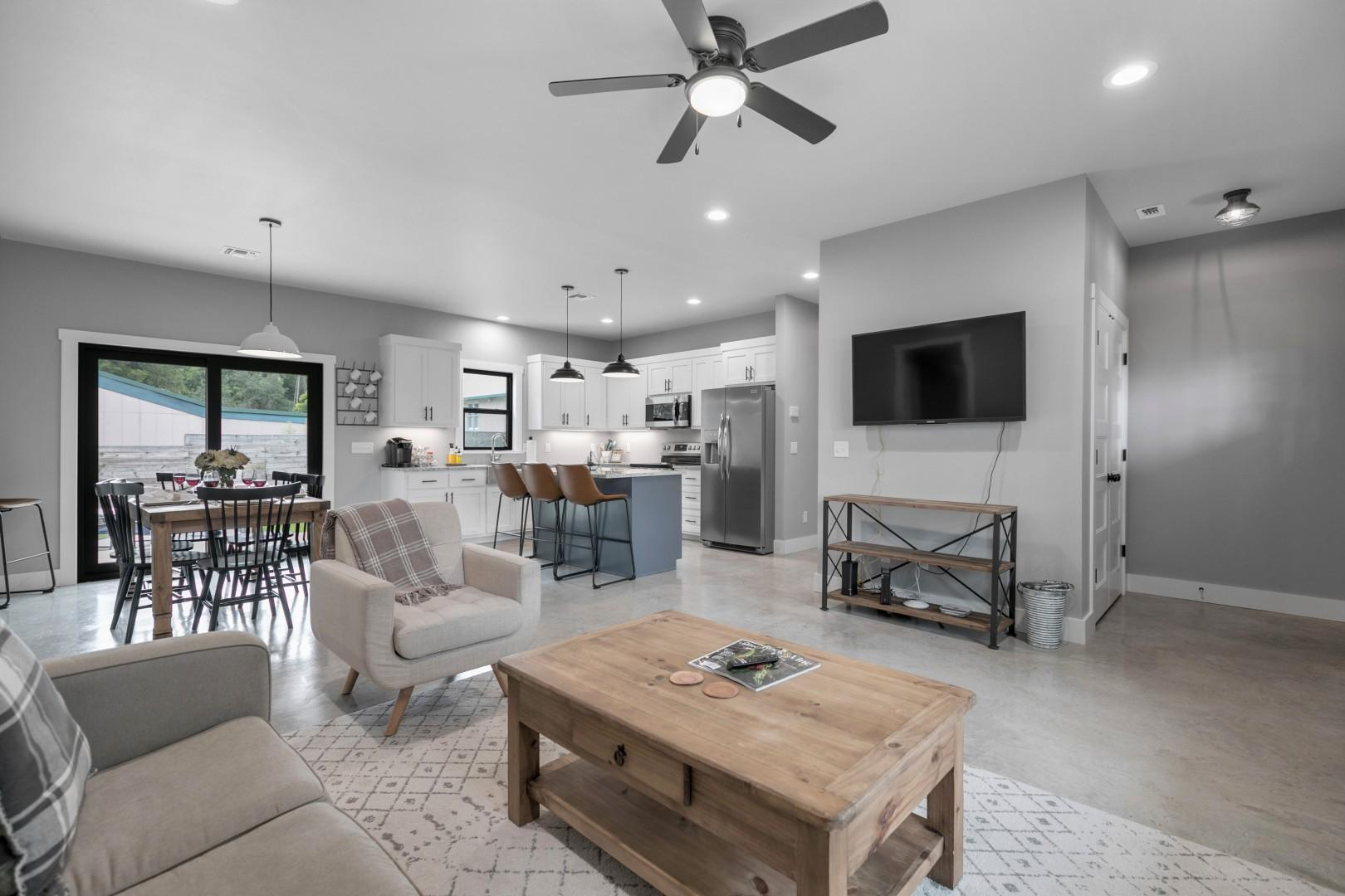 New! Luxury Home 3blck from Main St w/FirePit