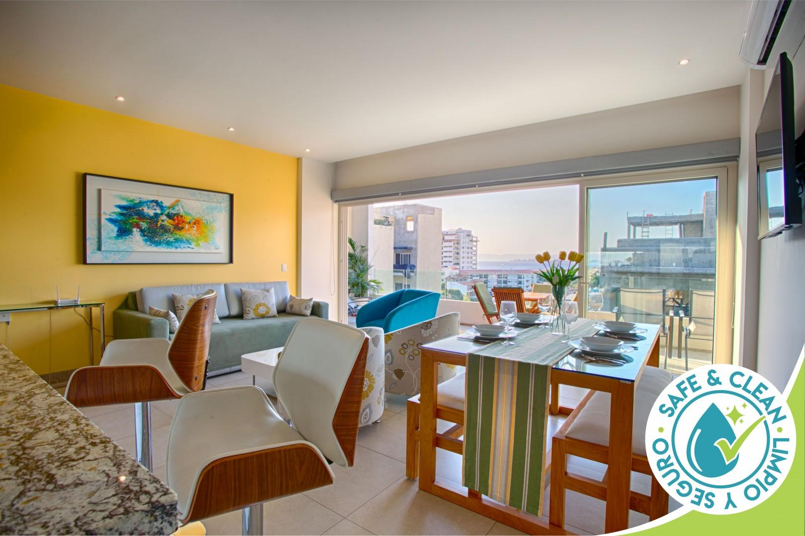 Top Floor Condo with City View, Rooftop Pool, Gym in Old Town