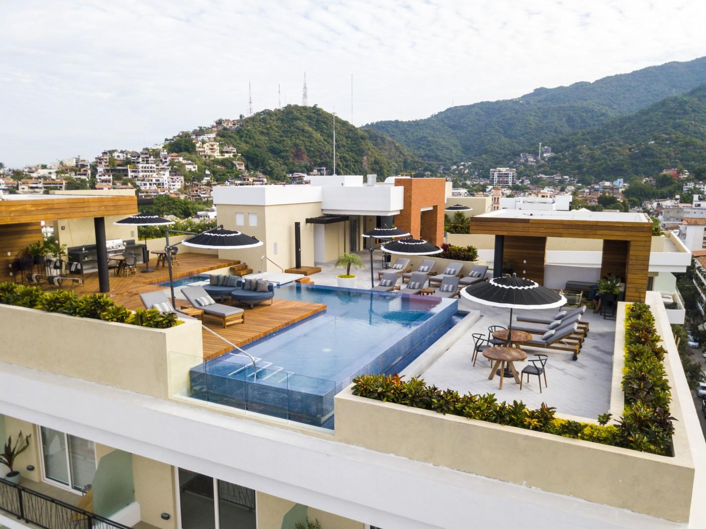 Walk to Everything, Modern Condo with 2 Bathrooms   Pool, Gym, BBQ