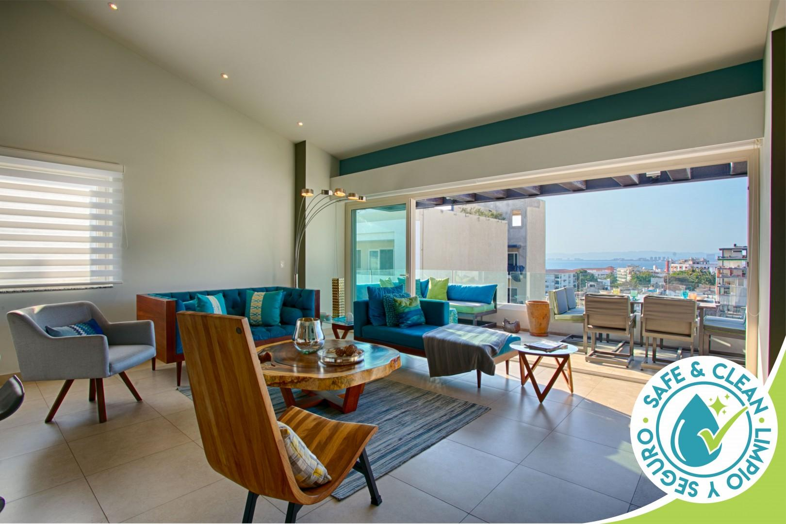 Vaulted Ceiling Penthouse at Zenith in Romantic Zone | Pool, Gym, BBQ