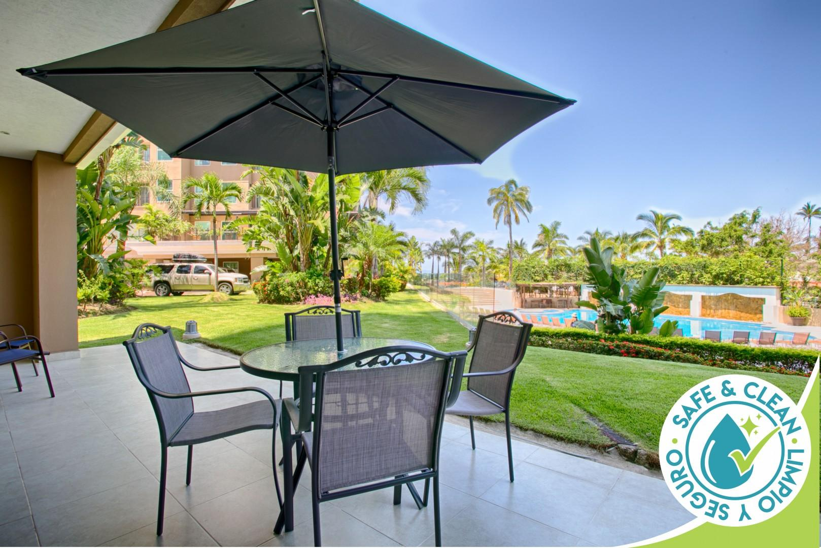 Accessible Condo Great For Families, Steps from Pools, Beach, Hot Tub