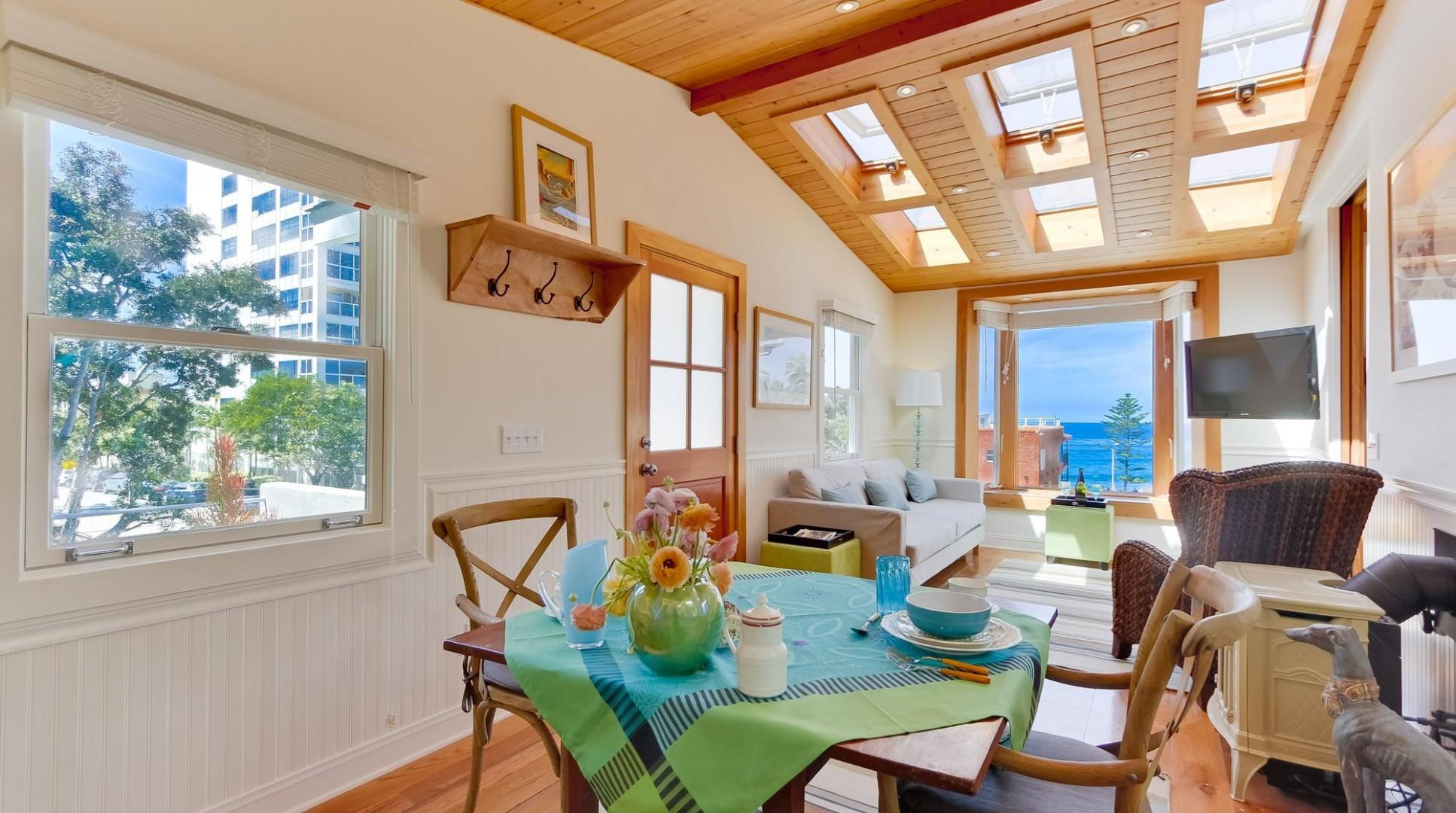 Dining for up to 4 with ocean view