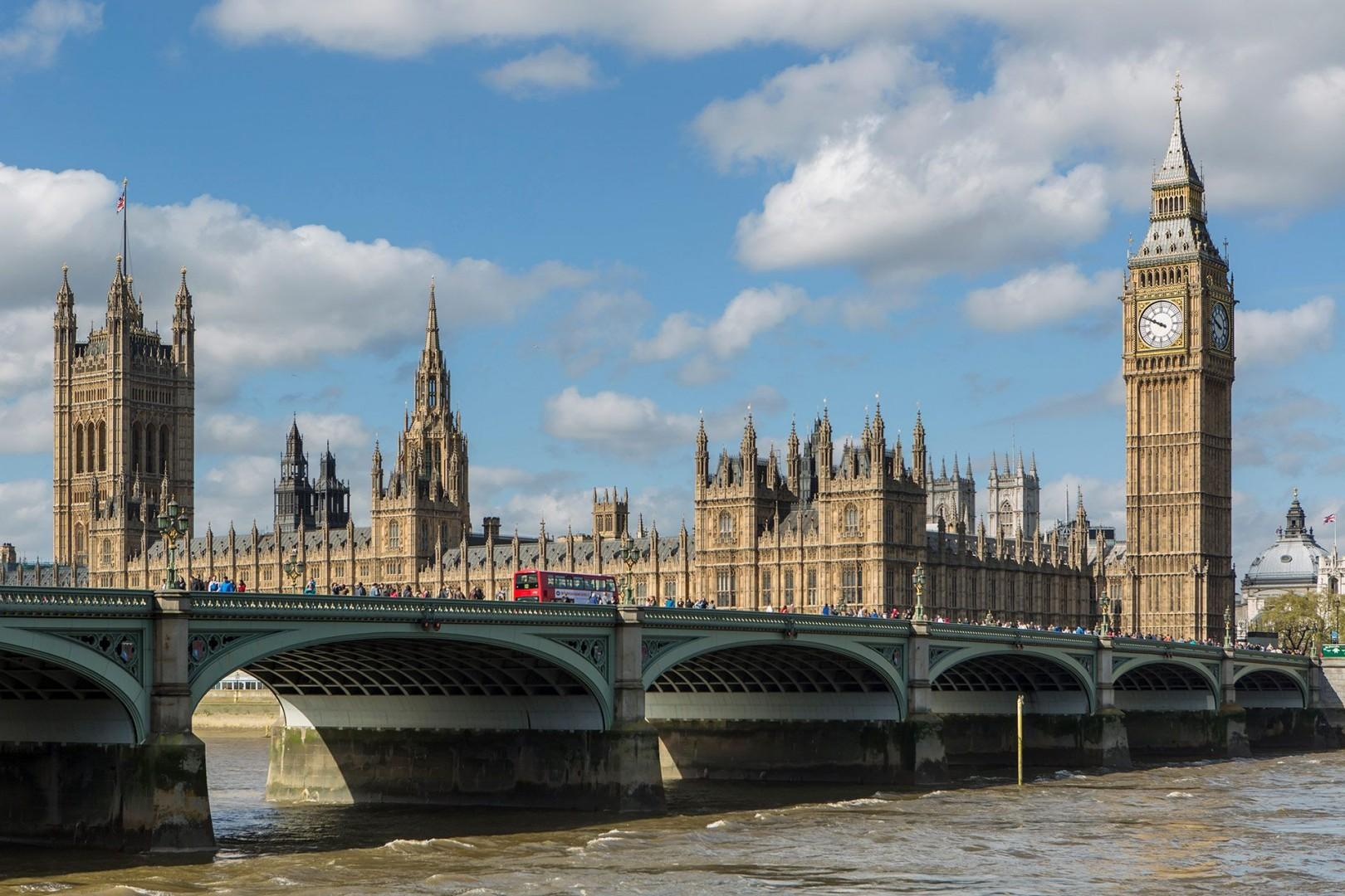 CMS-57-(Big Ben and Westminster Palace)-26080434-1509438406-big-ben-westminster-sunny-day-thames