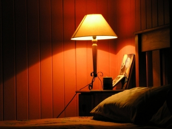 bedside-table-bedroom-light-1543470-1280x960.jpg