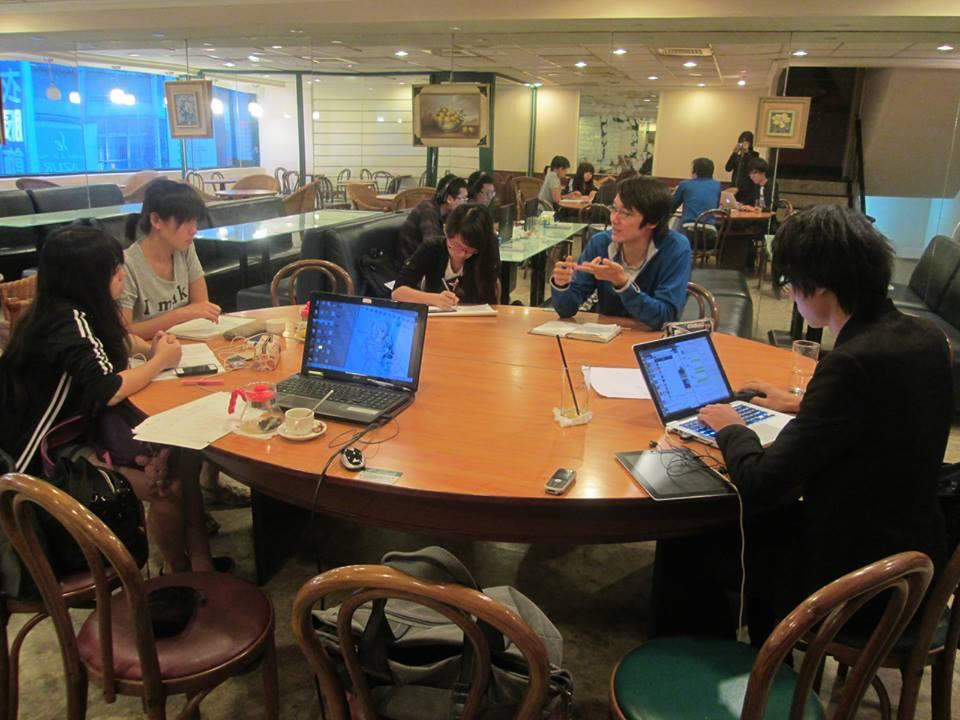 Nomads團隊在Cafe工作的情景